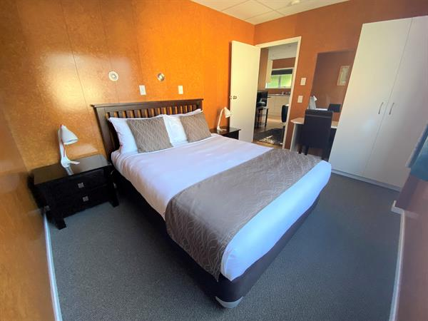 DELUXE MOTEL 2 BEDROOMS Whanganui River Top 10 Holiday Park