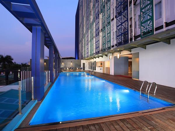 Swimming Pool & Pool Bar Swiss-Belinn Modern Cikande