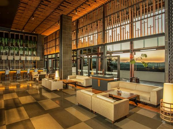 Lobby Lounge and Bar Swiss-Belresort Dago Heritage